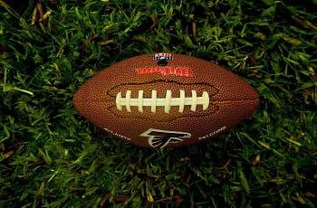 Ein Football der NFL auf dem Rasen.