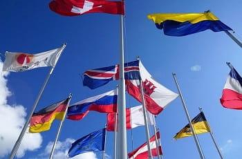 Europäische Länderfahnen im Wind.