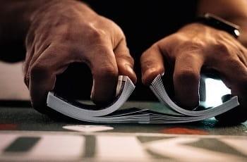 Ein Pokerspieler mischt Karten.