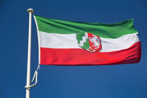 Die Flagge von Nordrhein-Westfalen weht im Wind.