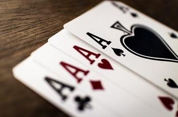 Die Asse eines Kartenspiels in einer Reihe.