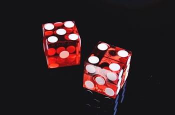 Zwei rote Spielwürfel eines Casinos.