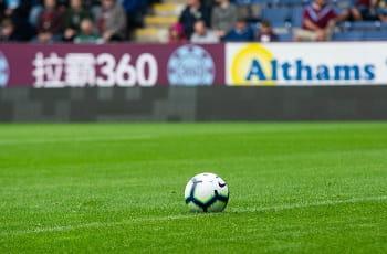 Ein Fußball auf dem Rasen eines britischen Stadions.