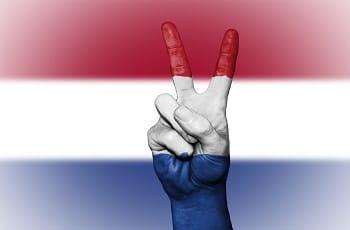 Ein Victoryzeichen in holländischen Farben.