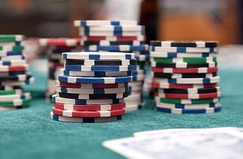 Pokerchips auf einer Spielfläche.
