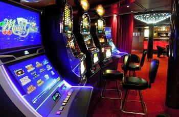 Die Spielautomaten in einer herkömmlichen Spielhalle.