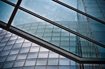 Die Glasfassade eines Bürogebäudes.
