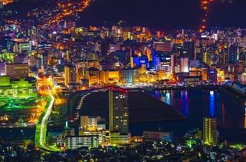 Die Skyline von Nagasaki bei Nacht.