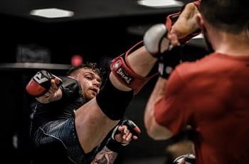 Ein MMA-Kämper beim Training.