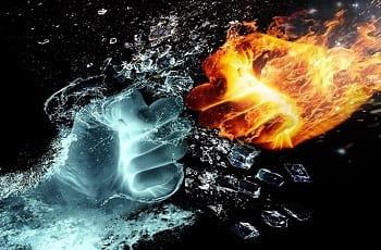 Eine Faust aus Wasser prallt auf eine Faust aus Feuer.