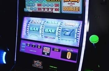 Ein Spielautomat zeigt Einsatz und Gewinn.