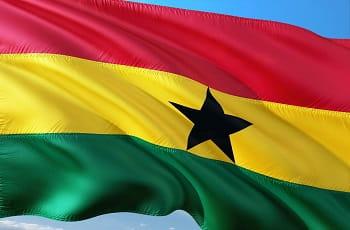 Eine Flagge von Ghana im Wind.