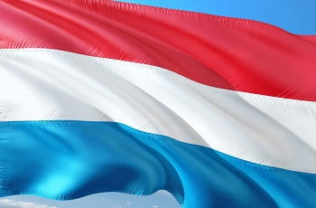 Eine Flagge von Luxemburg weht im Wind.