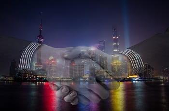 Ein Handshake vor einer Städte-Skyline.