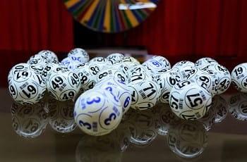Lottobälle auf einem Glastisch.