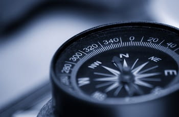 Ein Kompass zeigt die Himmelsrichtungen.