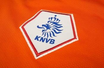 Das Logo des niederländischen Fußballverbandes KNVB auf einem Trikot.