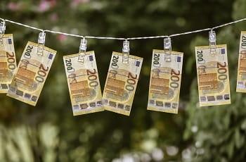 200 Euro-Scheine auf einer Wäscheleine.