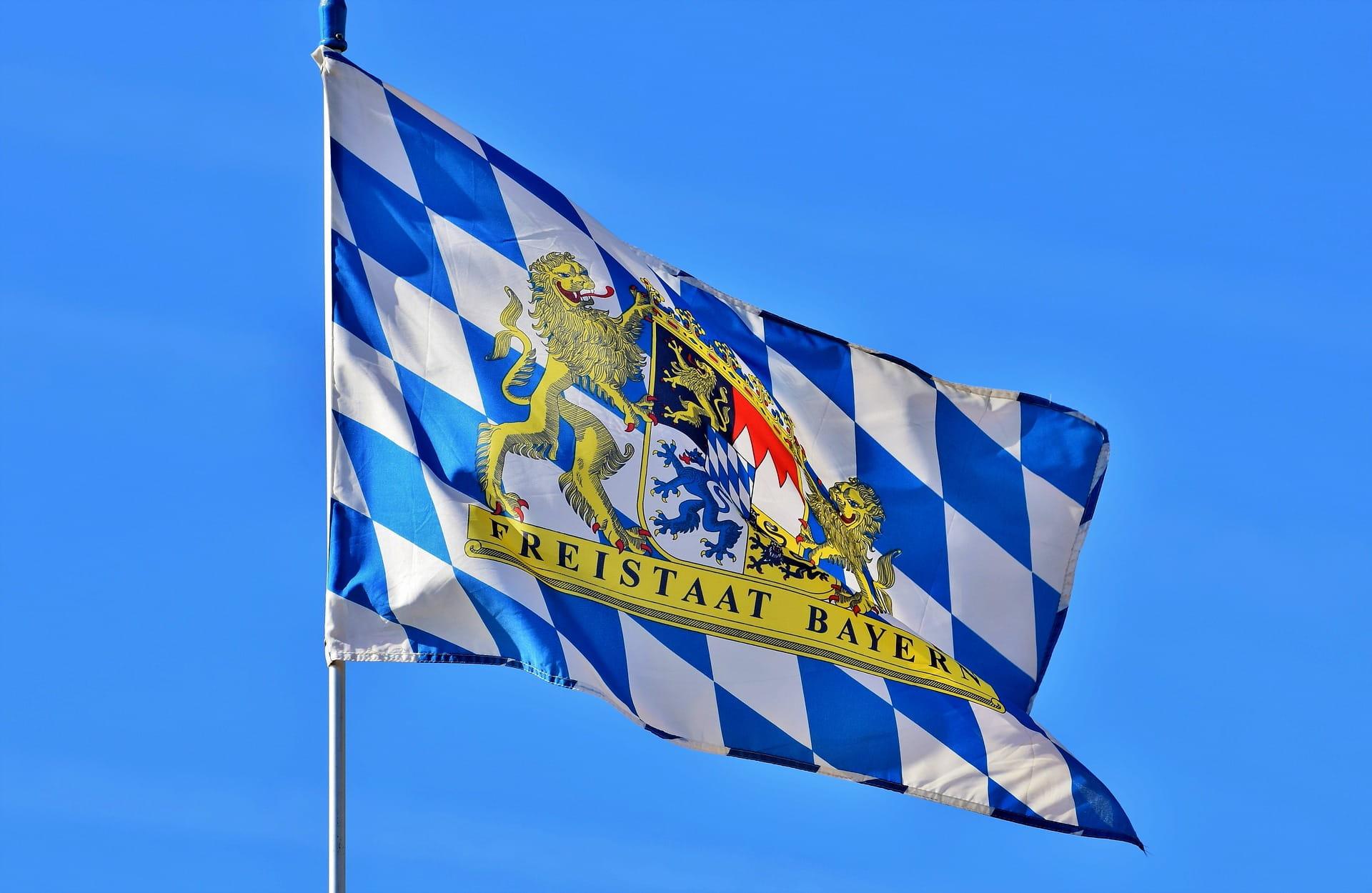 Die Flagge des Freistaats Bayern.