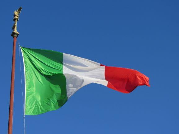 Flagge Italiens an einem Mast.