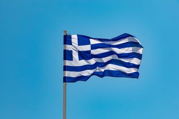 Flagge Griechenlands an einem Mast weht im Wind.