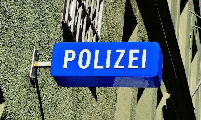 Ein Schild mit der Aufschrift Polizei.