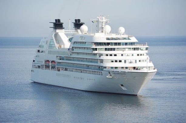 Kreuzfahrtschiff auf dem Ozean.