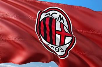 Eine Fahne des Fußballvereins AC Mailand.