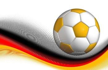 Ein Fußball auf einer Welle in Deutschlandfarben.
