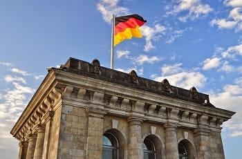 Eine Flagge auf dem deutschen Bundestag in Berlin.