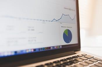 Ein Laptopbildschirm zeigt Diagramme und Umsatzcharts.