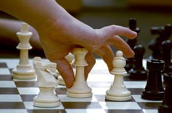 Ein Spieler platziert eine Schachfigur.