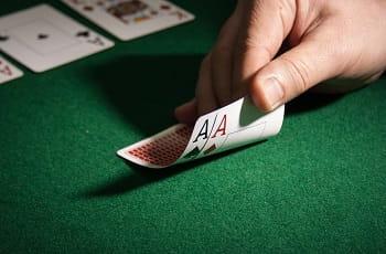 Zwei Asse werden am Pokertisch aufgedeckt.