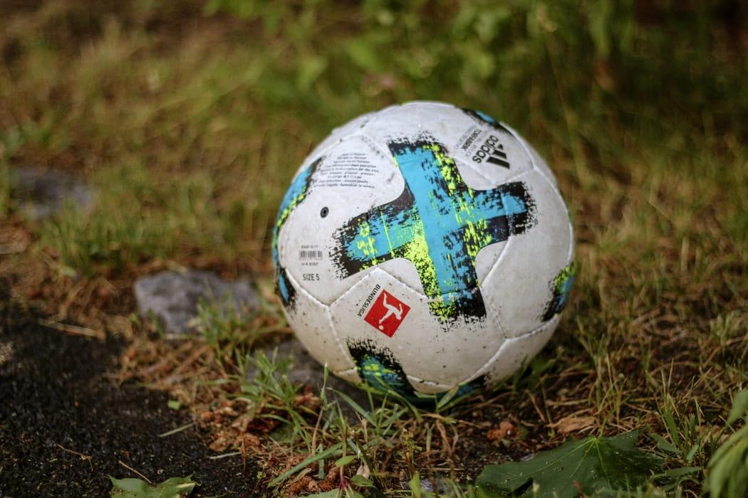 Ein Fußball auf einem Rasen.