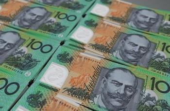 Stapel von australischen 100 Dollar-Scheinen.