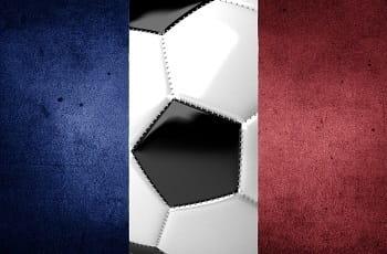 Eine Frankreichflagge mit Fußball.