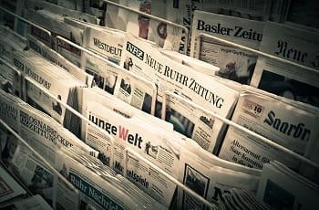 Ein Regal am Kiosk mit etlichen Zeitungen.