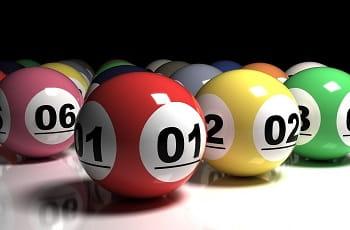 Bunte Lottobälle auf einer Tischfläche.