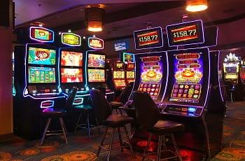 Die Spielautomaten einer herkömmlichen Spielbank.
