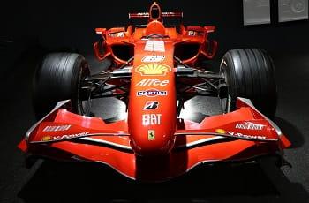 Die Frontseite eines Rennwagens der Formel 1.