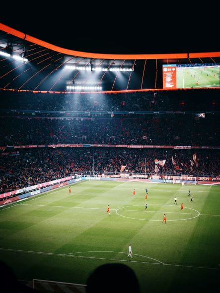 Allianz Arena im Abendlicht.