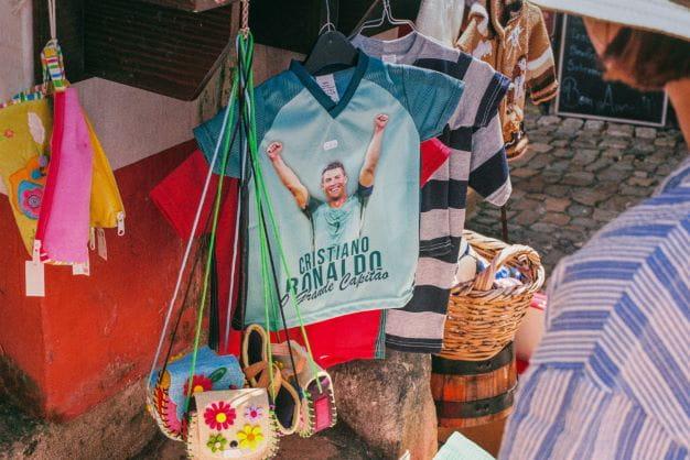 Ein T-Shirt mit eine Abbildung von Christiano Ronaldo.