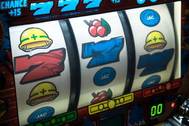 Knapp verpasstem Jackpot bei Slot Maschine.