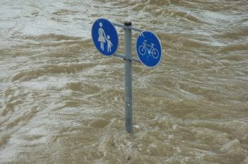 Ein Straßenschild umgeben von Wasser.
