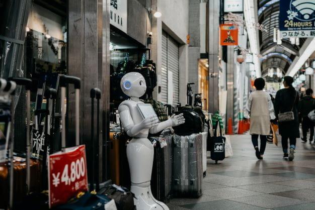 KI Roboter vor Einkaufszentrum.