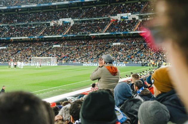 Mann feiert seine Mannschaft im Stadion an.
