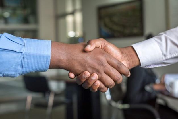 2 Hände die eine gemeinsame Partnerschaft abschließen.