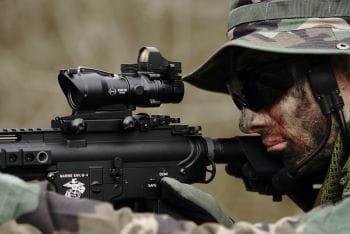 Soldat hat sein Ziel fest im Blick wie in Call of Duty Warzone.
