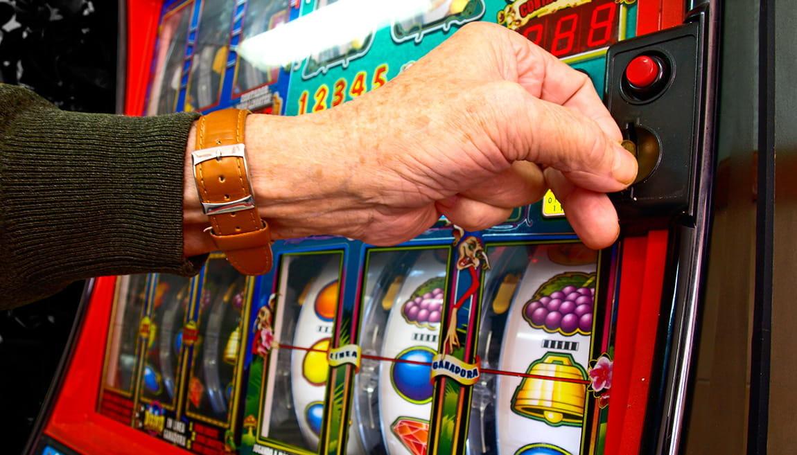 Seseorang di depan mesin slot di kasino.