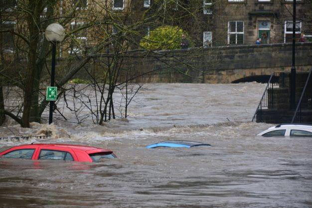 Stadt wird von der Hochwasser-Flut getroffen.